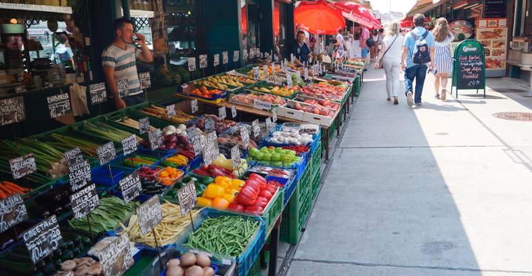 visitar Naschmarkt es una de las cosas que hacer en Viena