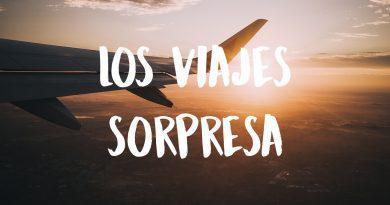 puesta de sol desde un avión con el texto Los viajes sorpresa