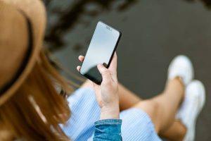 chica usando el teléfono móvil