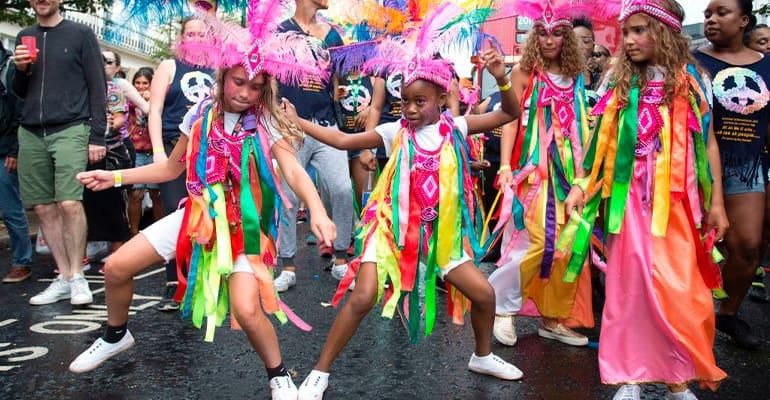 niños en el carnaval de notting hill