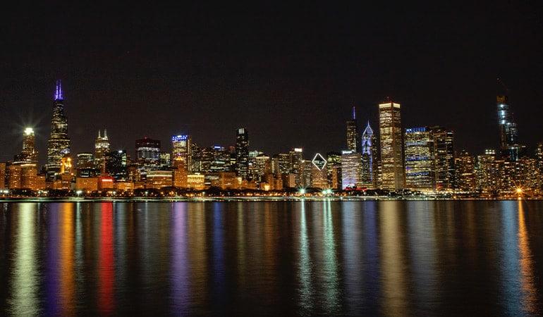 vista de los rascacielos de Chicago de noche