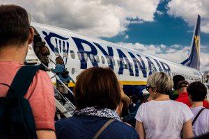 gente embarcando a un avión Ryanair