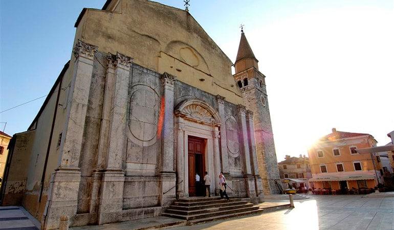 iglesia de la Asunción de la virgen María y San Peregrino, lugar que ver en Umag