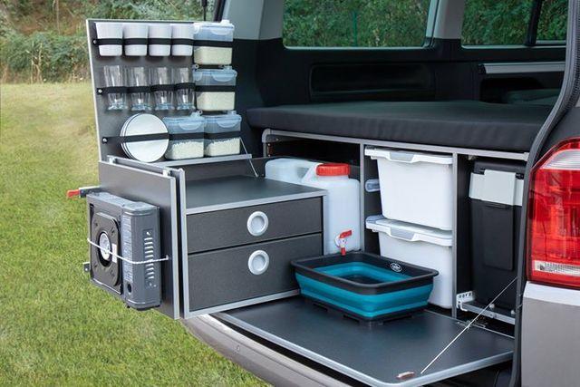 accesorios en una furgoneta camper