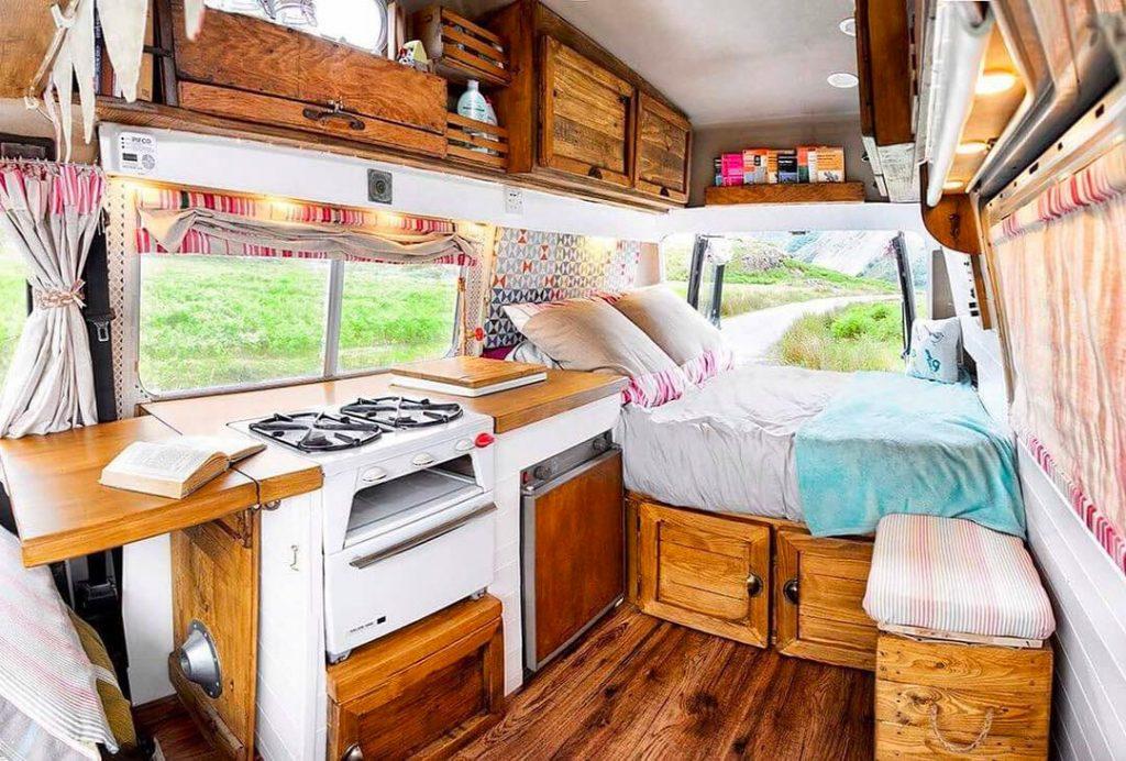 interior de una furgoneta camper