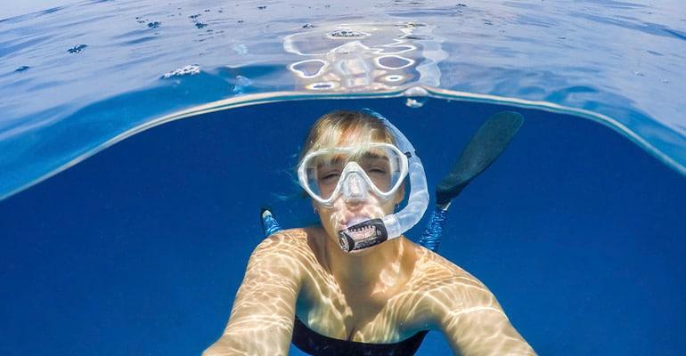 máscara de snorkel, uno de los regalos viajeros
