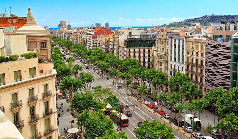 El Paseo de Gracia, una de las zonas donde alojarse en Barcelona